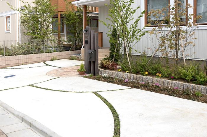 白い床地の玄関アプローチ