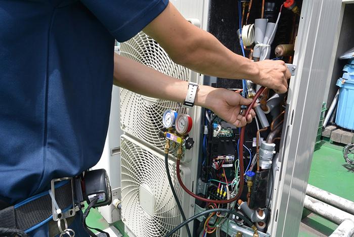 エアコン工事中のスタッフ