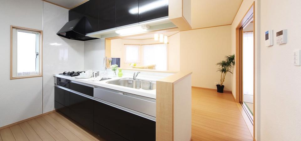黒を基調としたシャープなキッチン