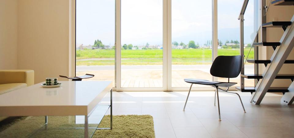 ガラス窓から自然を見渡せる室内