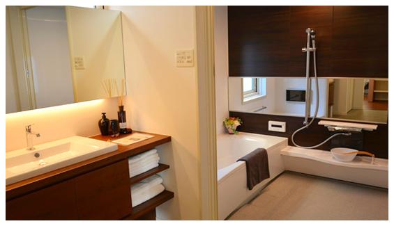 白と茶色を基調としたバスルーム