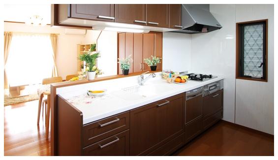 茶色い木目調がモダンなキッチン